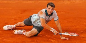 Dimitrov falls onto the clay retrieving a ball. (Thanks to world-news.me)