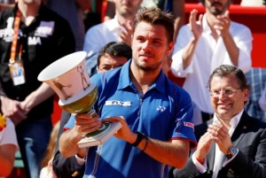 Wawrinka with the Oeiras trophy (thanks to indiatimes.com)